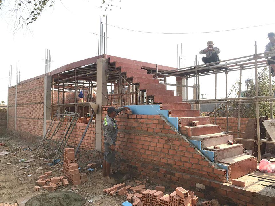 Công nhận đang xây nhà