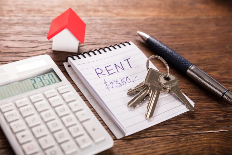 một tờ hợp đồng cho thuê nhà, một mô hình ngôi nhà, một cái máy tính cầm tay