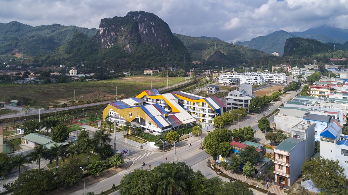 Ngôi trường có kiến trúc độc đáo, phần mái nhiều màu sắc nổi bật