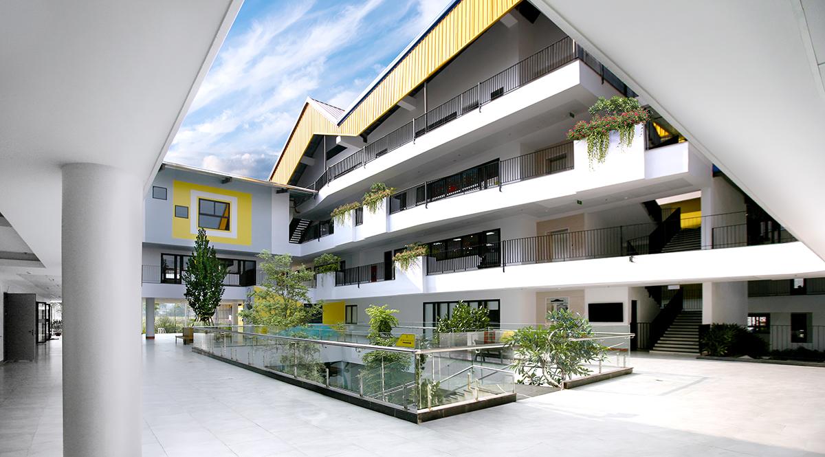 Cầu thang và hàng lang trong khuôn viên trường học