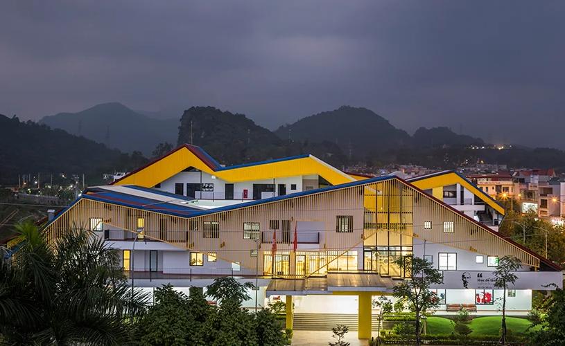 Ngôi trường có kiến trúc độc đáo vào buổi tối