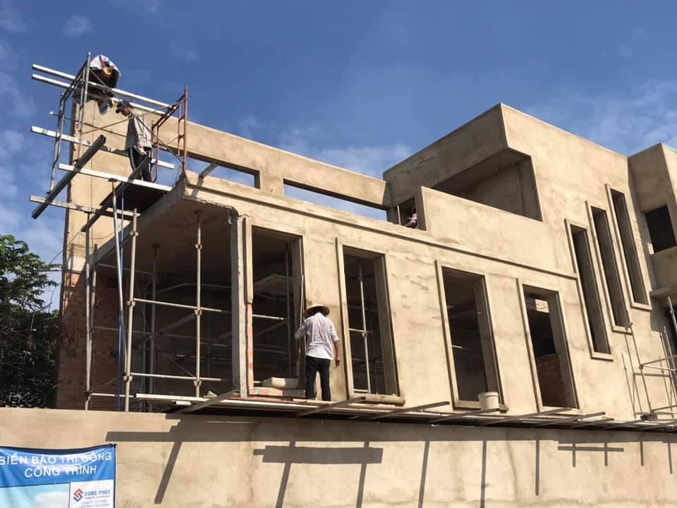 Công nhân đang xây nhà