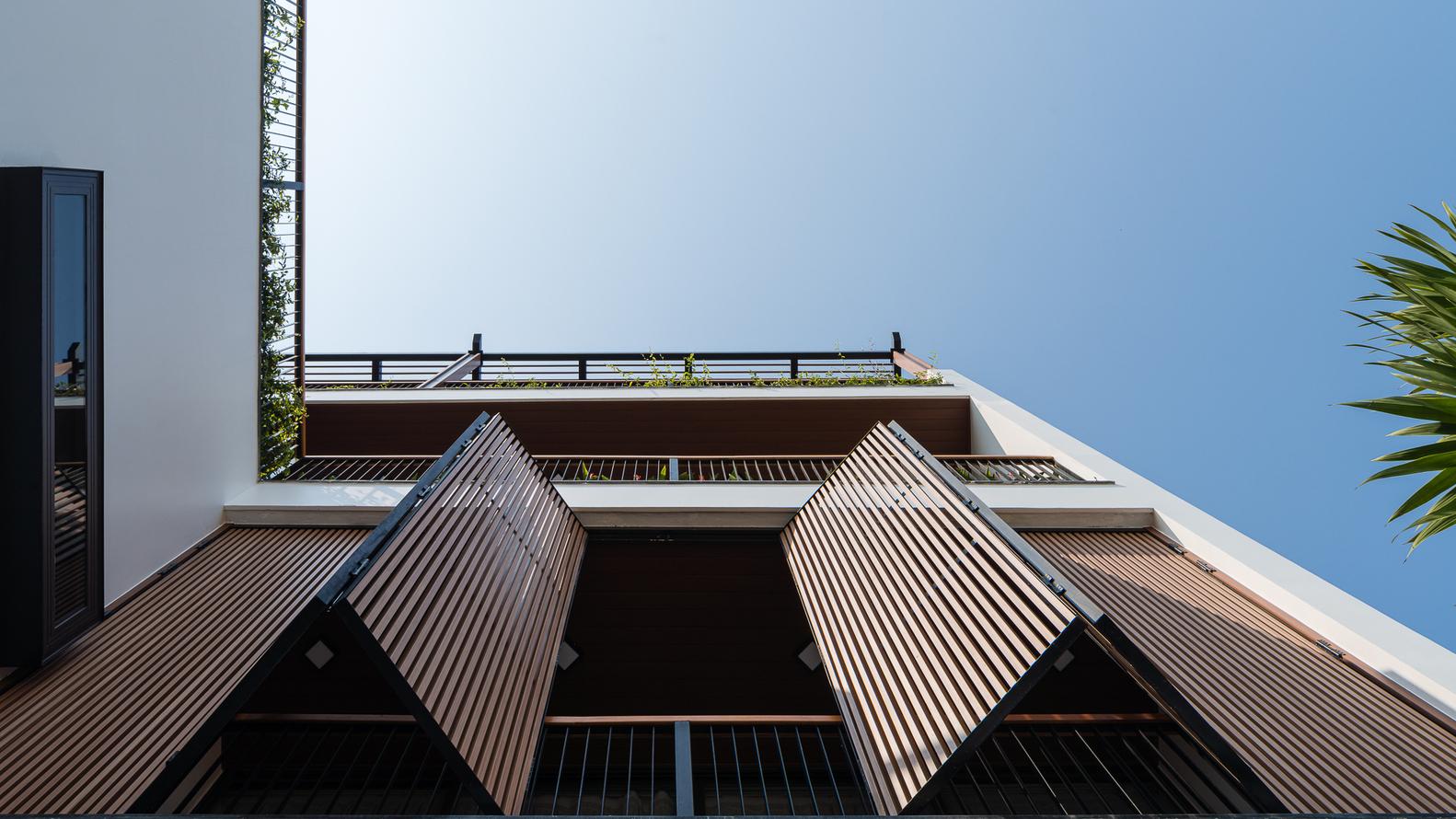 Hệ lam chắn nắng cho ngôi nhà, góc chụp từ dưới lên