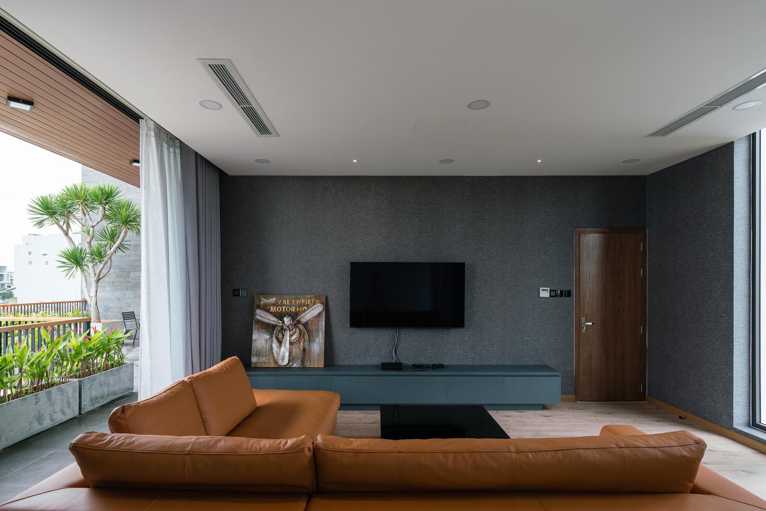 Không gian nội thất, có bộ sofa, ti vi, ban công ngắm cảnh