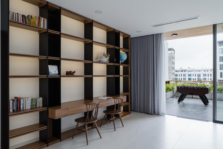 Phòng đọc sách và khu vực giải trí ngoài ban công