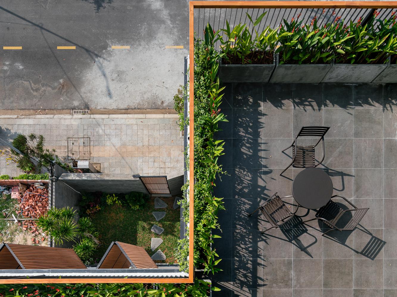Ảnh chụp ban công và vườn nhìn từ trên cao