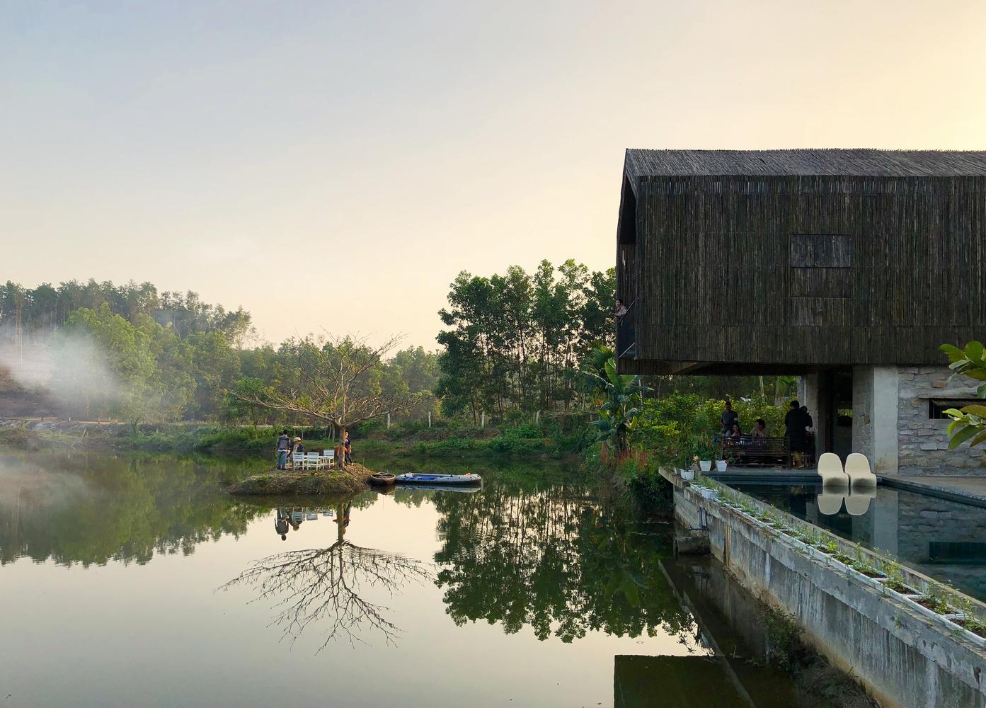Ngôi nhà nằm bên sườn đồi, cạnh hồ nước