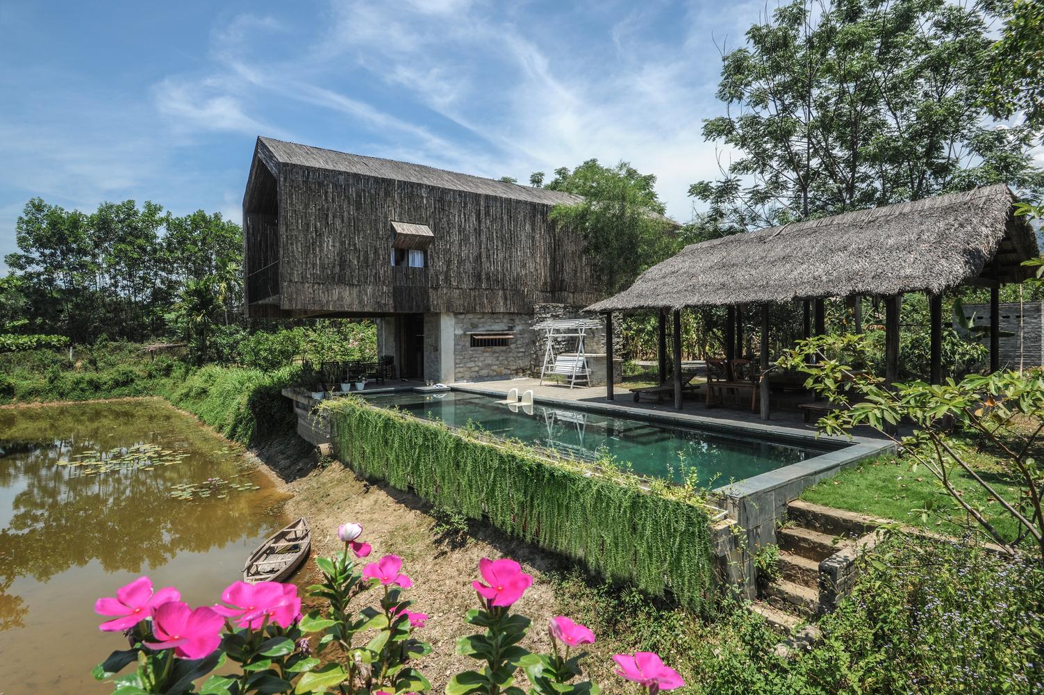 Ngôi nhà trang trại sử dụng vật liệu thiên nhiên giữa rừng cây, hồ nước