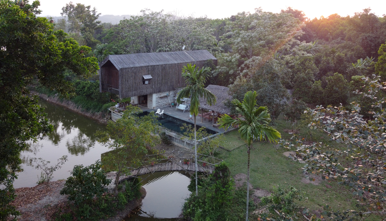 Nhà trang trại bên hồ nước
