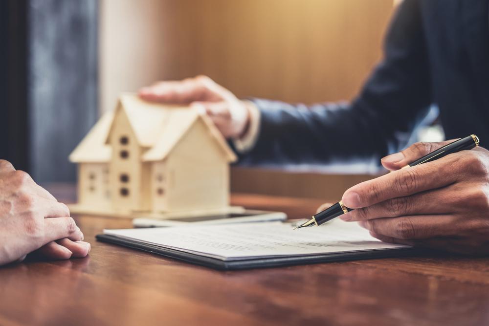 ký giấy tờ hợp đồng mua bán nhà