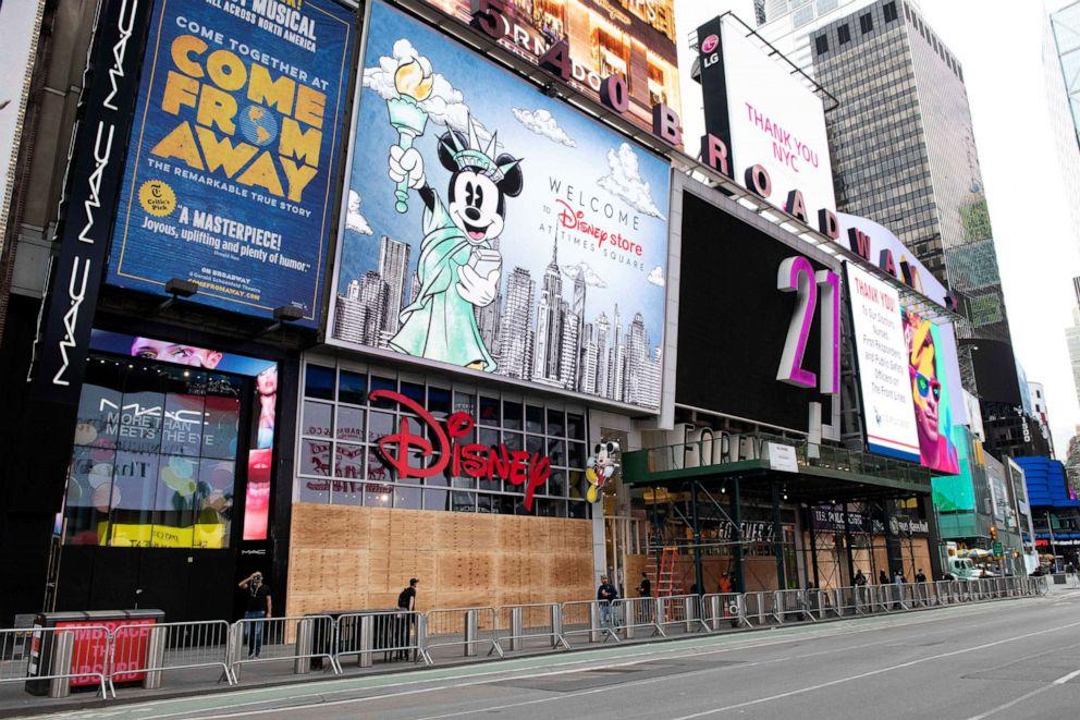 Các cửa hiệu ở New York bị đóng cửa, đường phố vắng bóng người