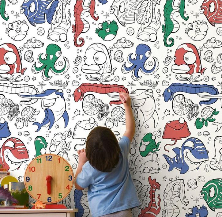 Em bé tô màu cho tranh chủ đề động vật biển trên tường