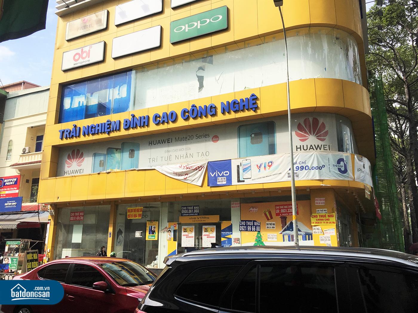 Showroom của một thương hiệu bán lẻ đồ điện tử đang treo bảng chào thuê