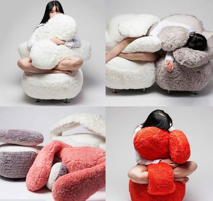 Cô gái trẻ ngồi trên sofa thiết kế đặc biệt cho những người thích ôm