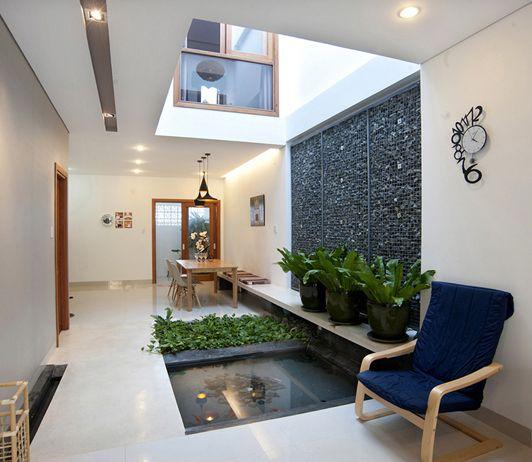 Thiết kế hồ cá mini cạnh giếng trời trong nhà