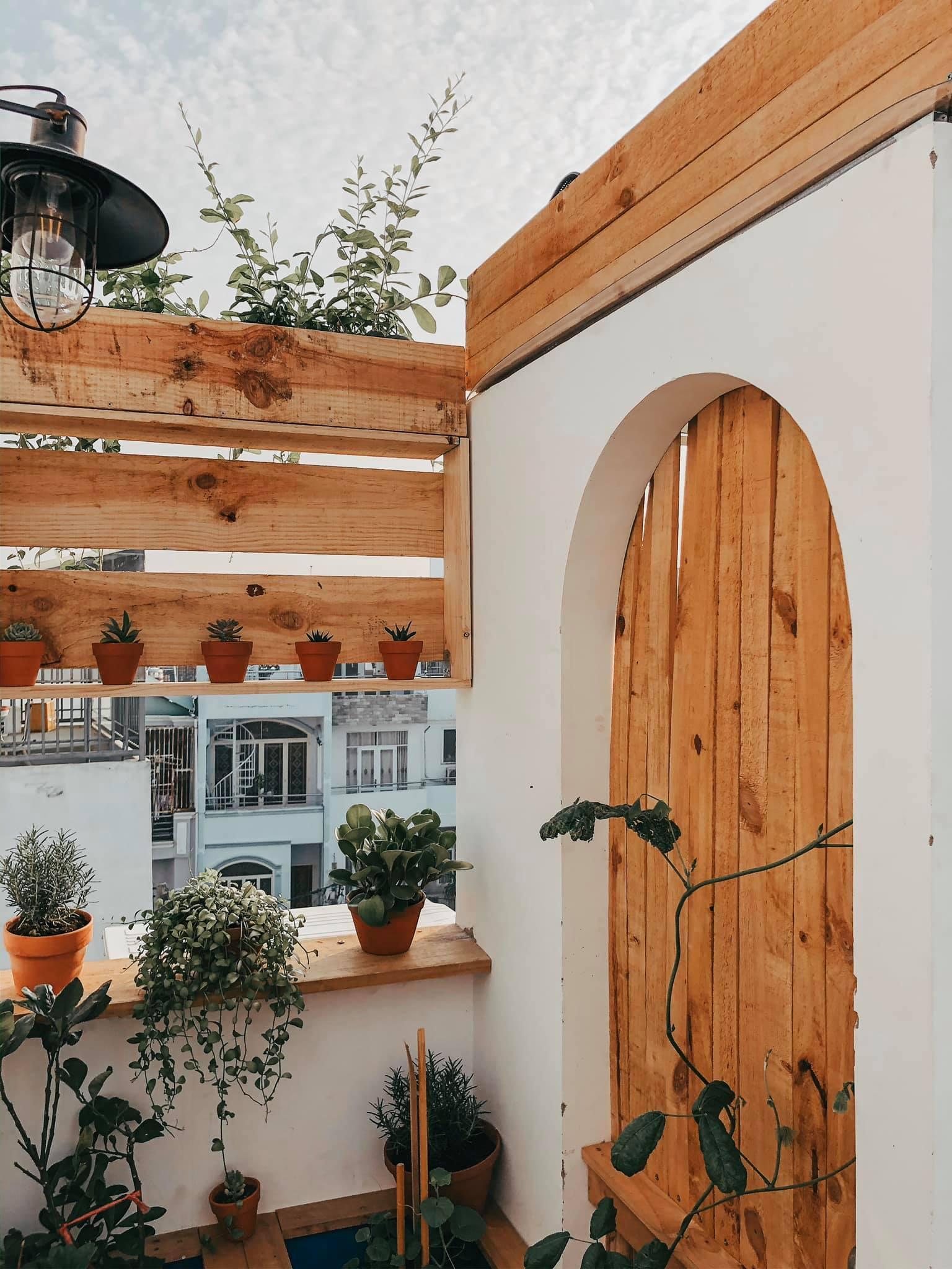 Cánh cửa dẫn lên khu vườn trên sân thượng