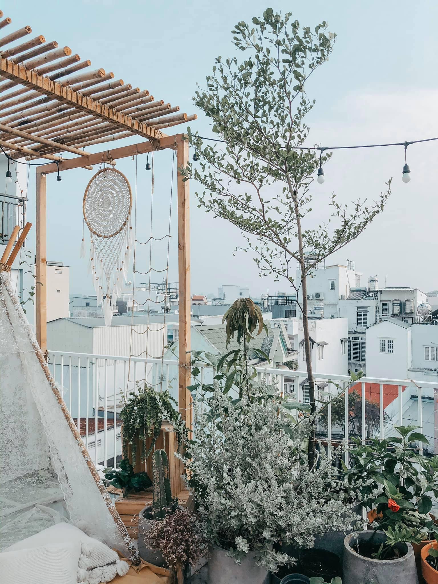 Góc thư giãn trên sân thượng với cây cối, đồ trang trí dreamcatcher
