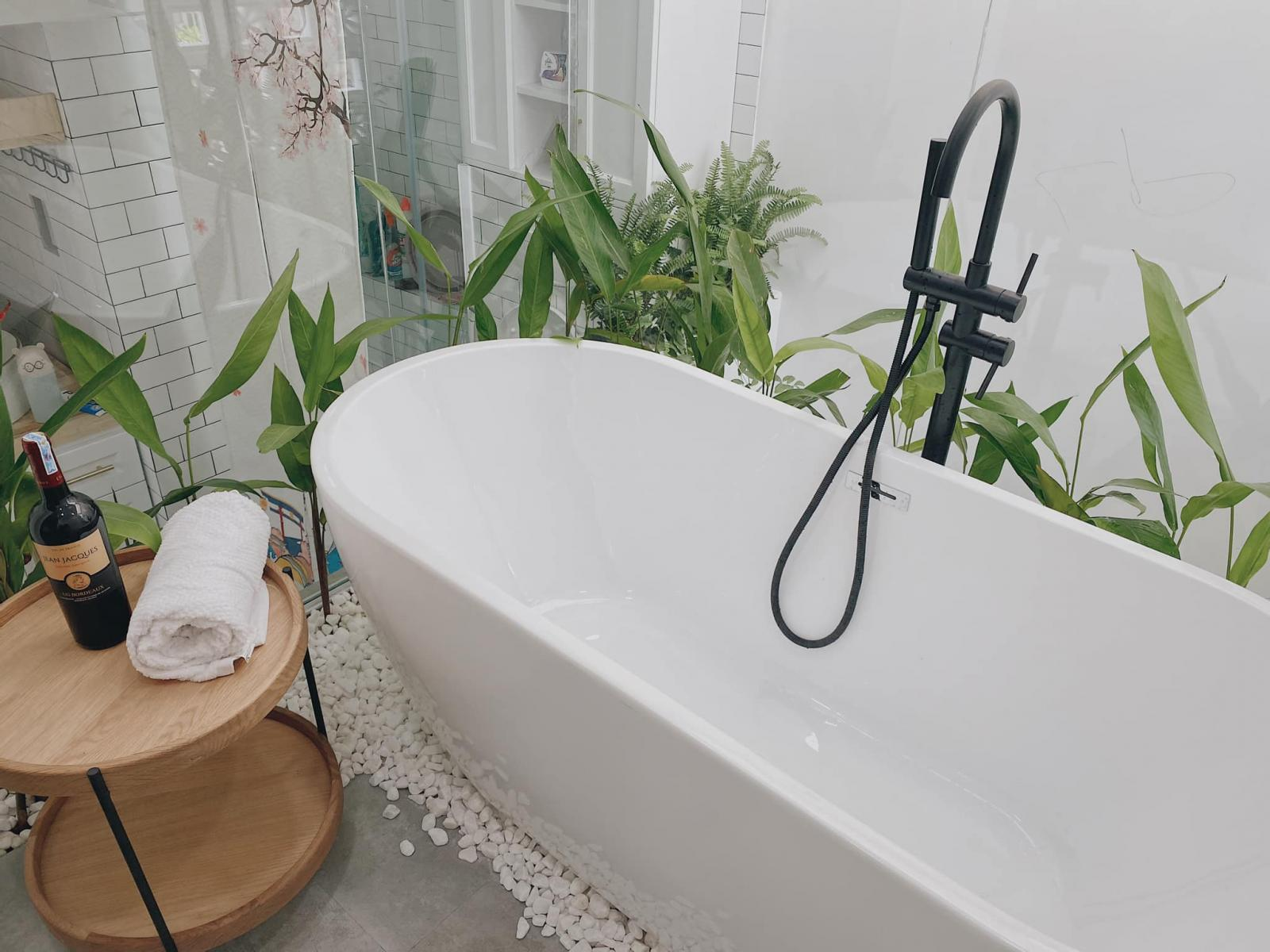 Phòng tắm cạnh vườn cây mini
