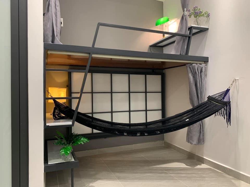 Giường tầng xếp gọn để bố trí thêm võng