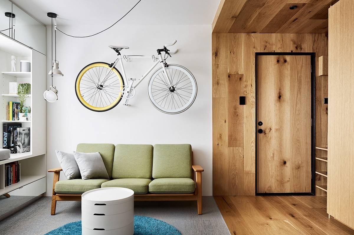 căn hộ studio, chiếc xe đạp treo trên tường