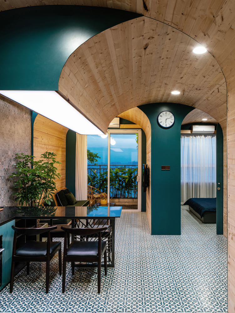 Căn hộ 63m2 lạ mắt với hệ khung mái vòm bằng chất liệu gỗ thông không sơn, chỉ được phủ một lớp dầu bóng.