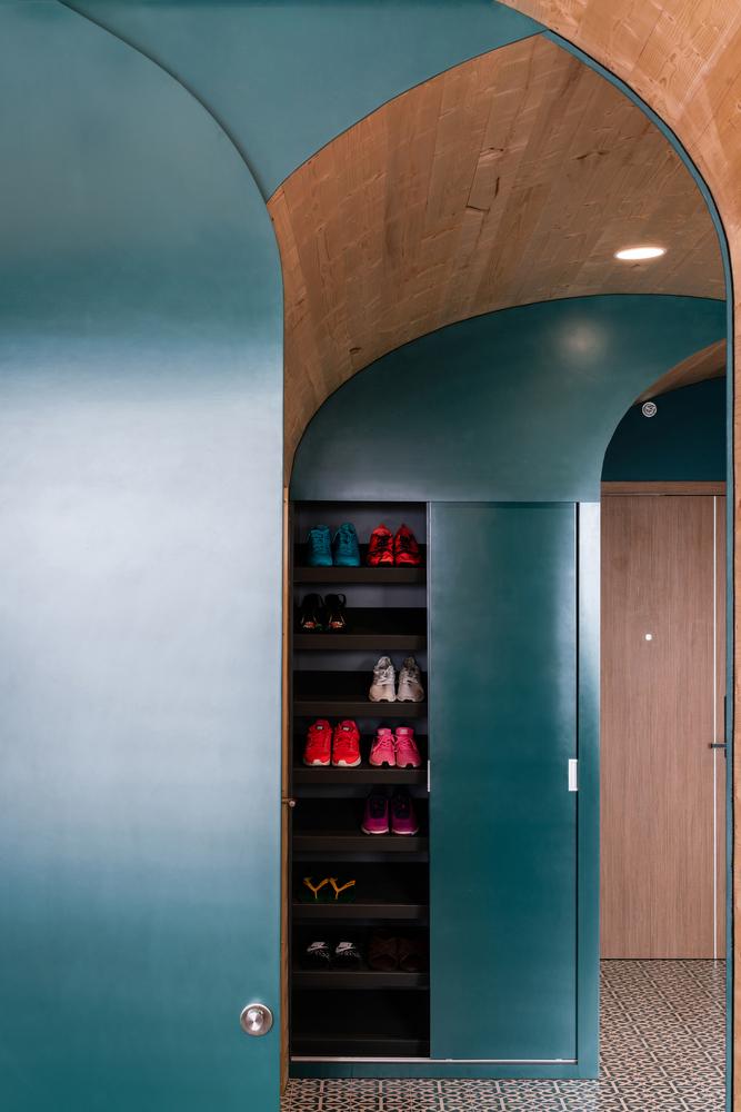 Hệ khung mái vòm này còn tích hợp các tủ, kệ, ngăn chứa đồ ở vị trí cần thiết