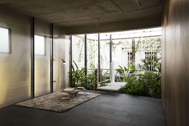 Phòng ngủ chính có điểm nhấn là khu vườn xanh tươi .