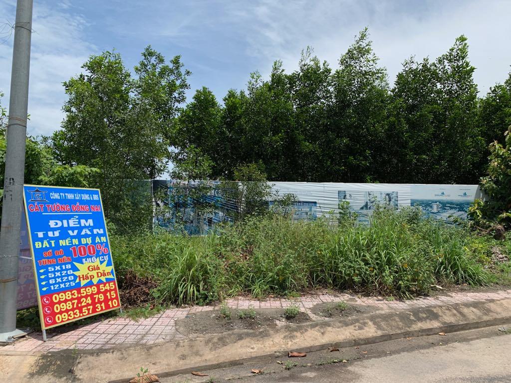 Bảng rao bán đất nền đặt ven đường tại khu Đông