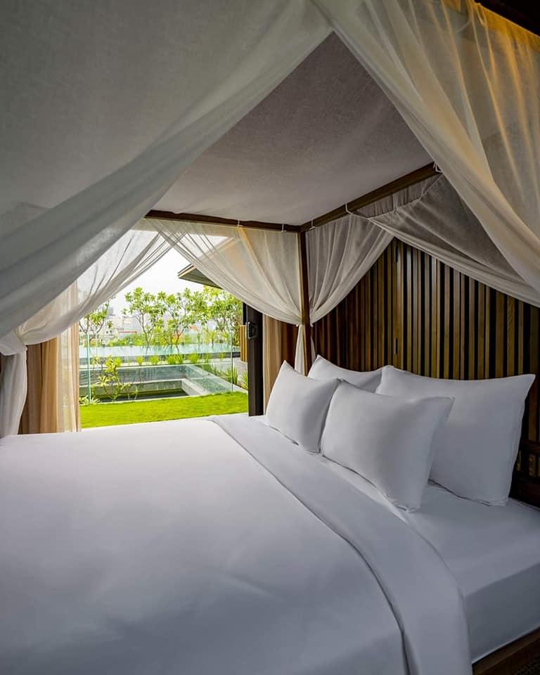Giường ngủ trong phòng khách sạn