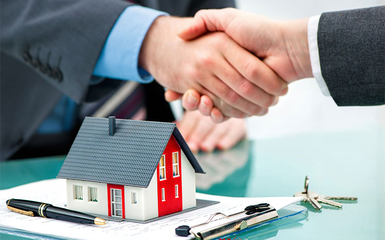 Bắt tay nhau ký hợp đồng mua bán nhà đất