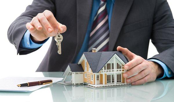 Tay cầm chìa khóa nhà đem thế chấp ngân hàng