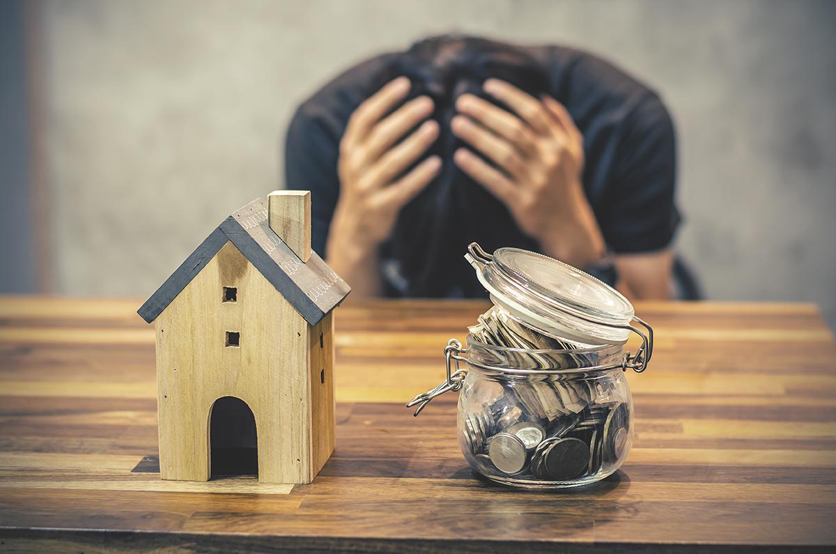 Ôm đầu lo lắng vì mua nhà đất không chính chủ.