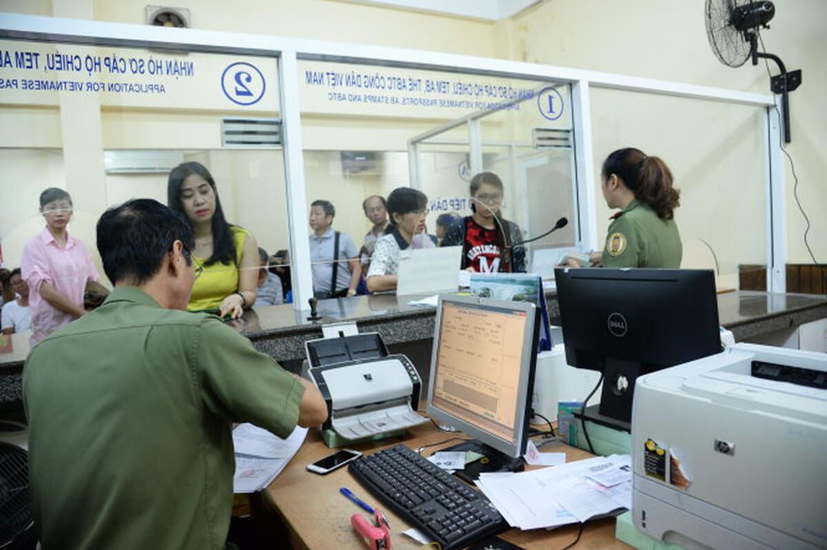 Nộp hồ sơ làm đăng ký tạm trú
