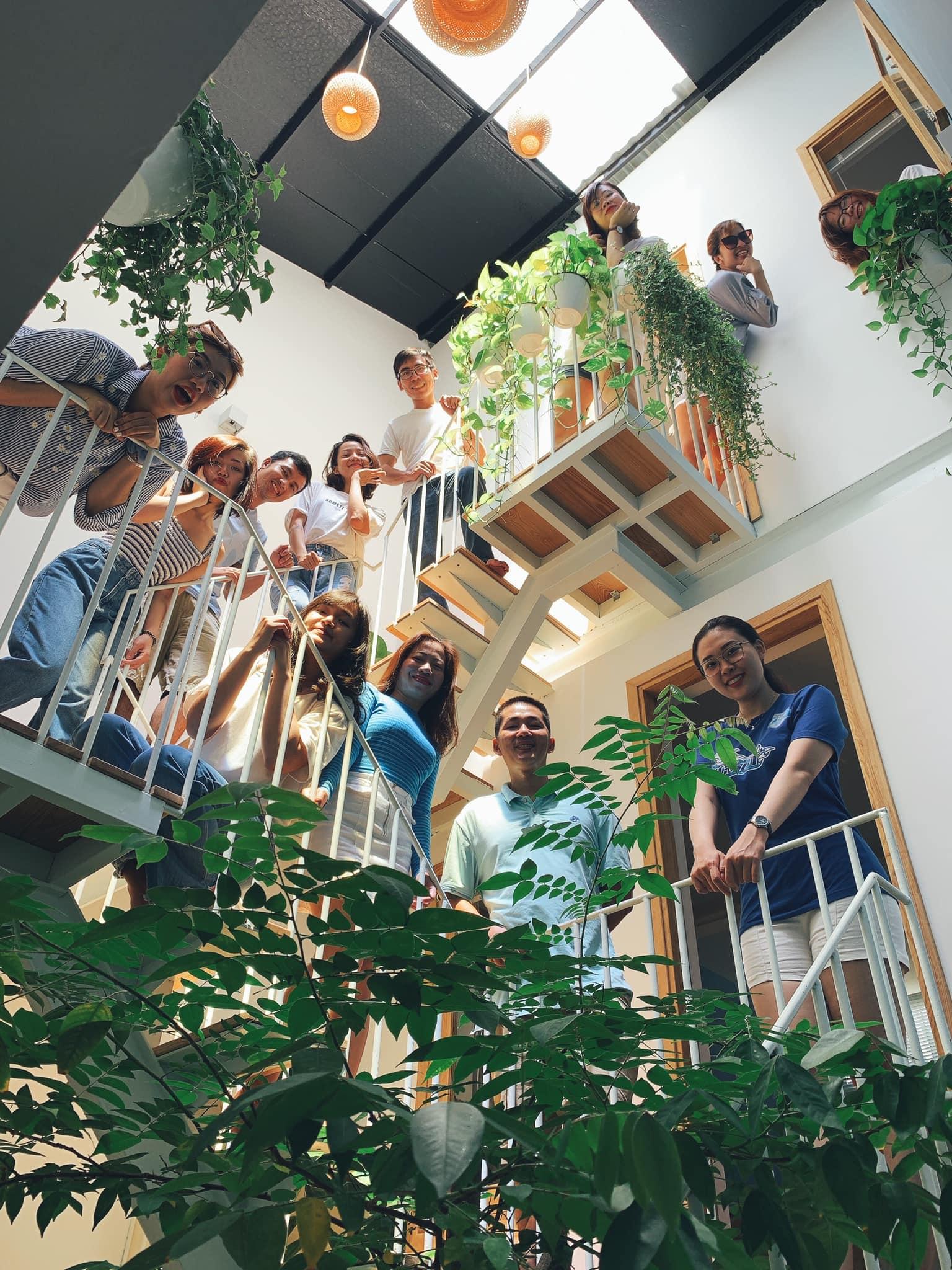 Nhóm bạn bè tụ tập trên cầu thang
