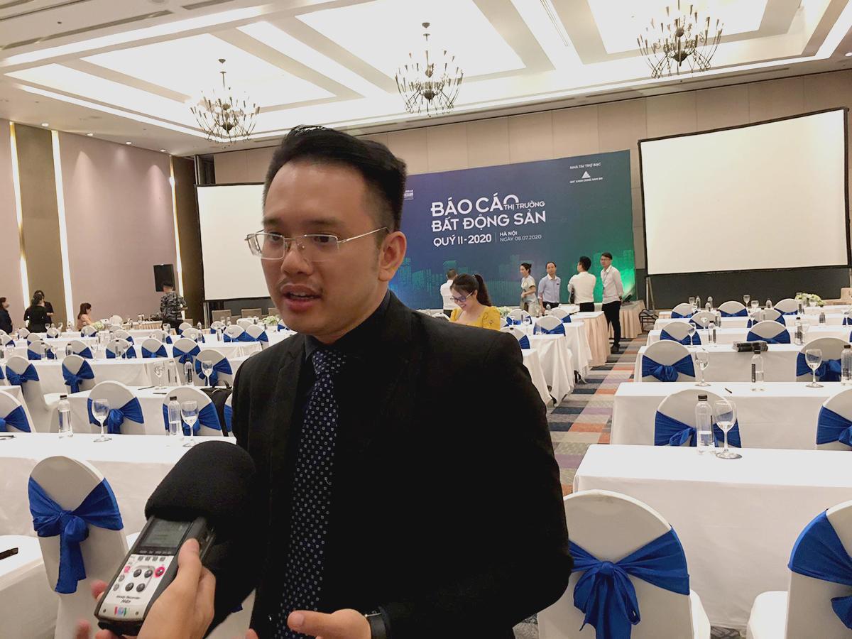 Ông Nguyễn Quốc Anh trả lời báo chí tại buổi công bố báo cáo thị trường quý 2.