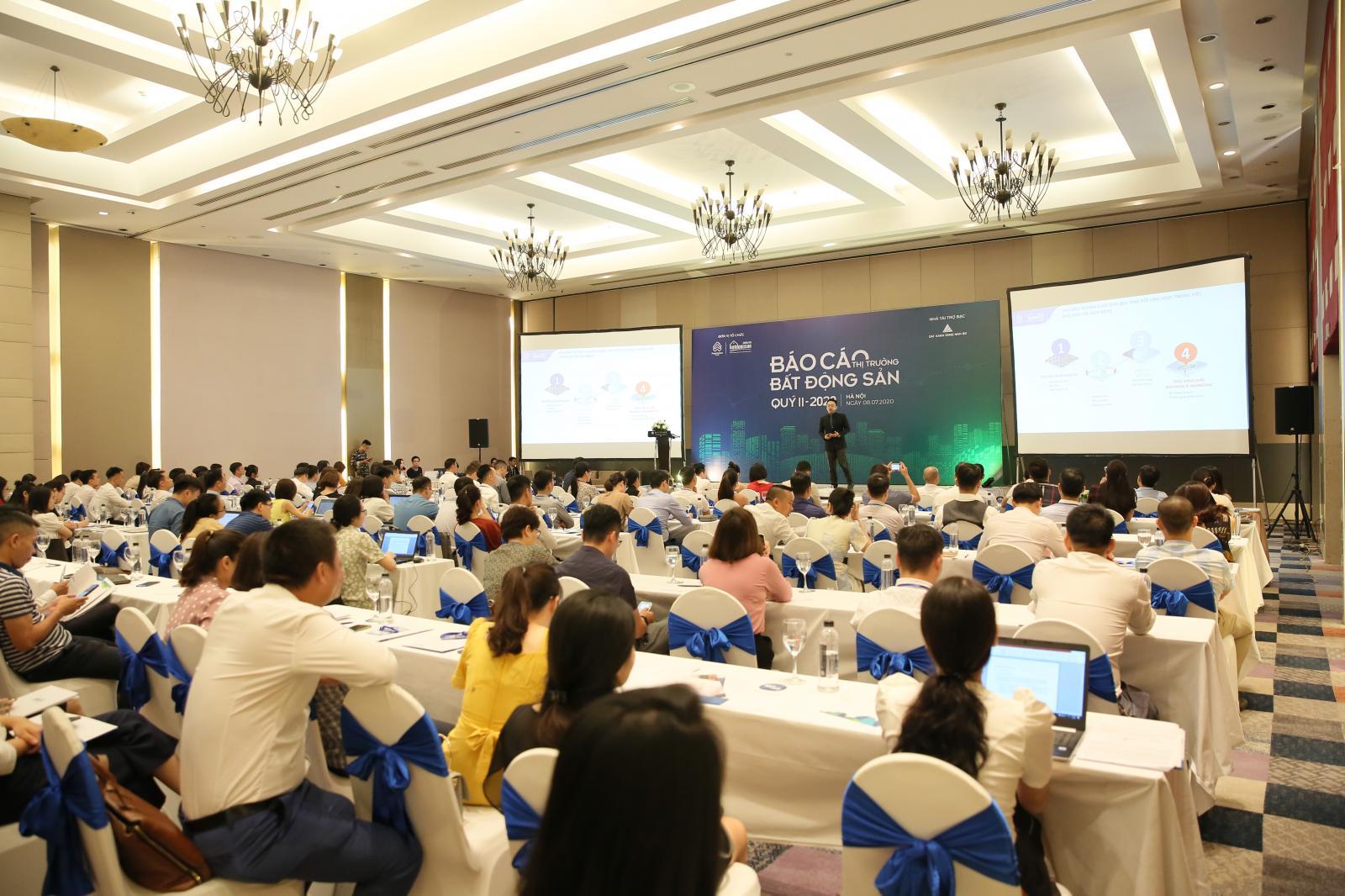Nhiều người tham dự công bố báo cáo thị trường bất động sản quý 2/2020.