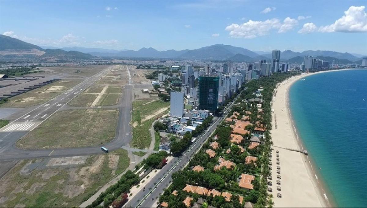 khu đất sân bay Nha Trang cũ nằm gần biển