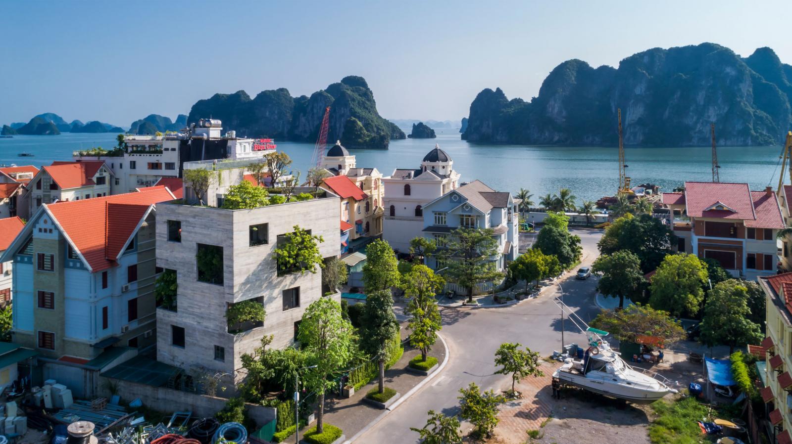 Cảnh thành phố bên vịnh Hạ Long