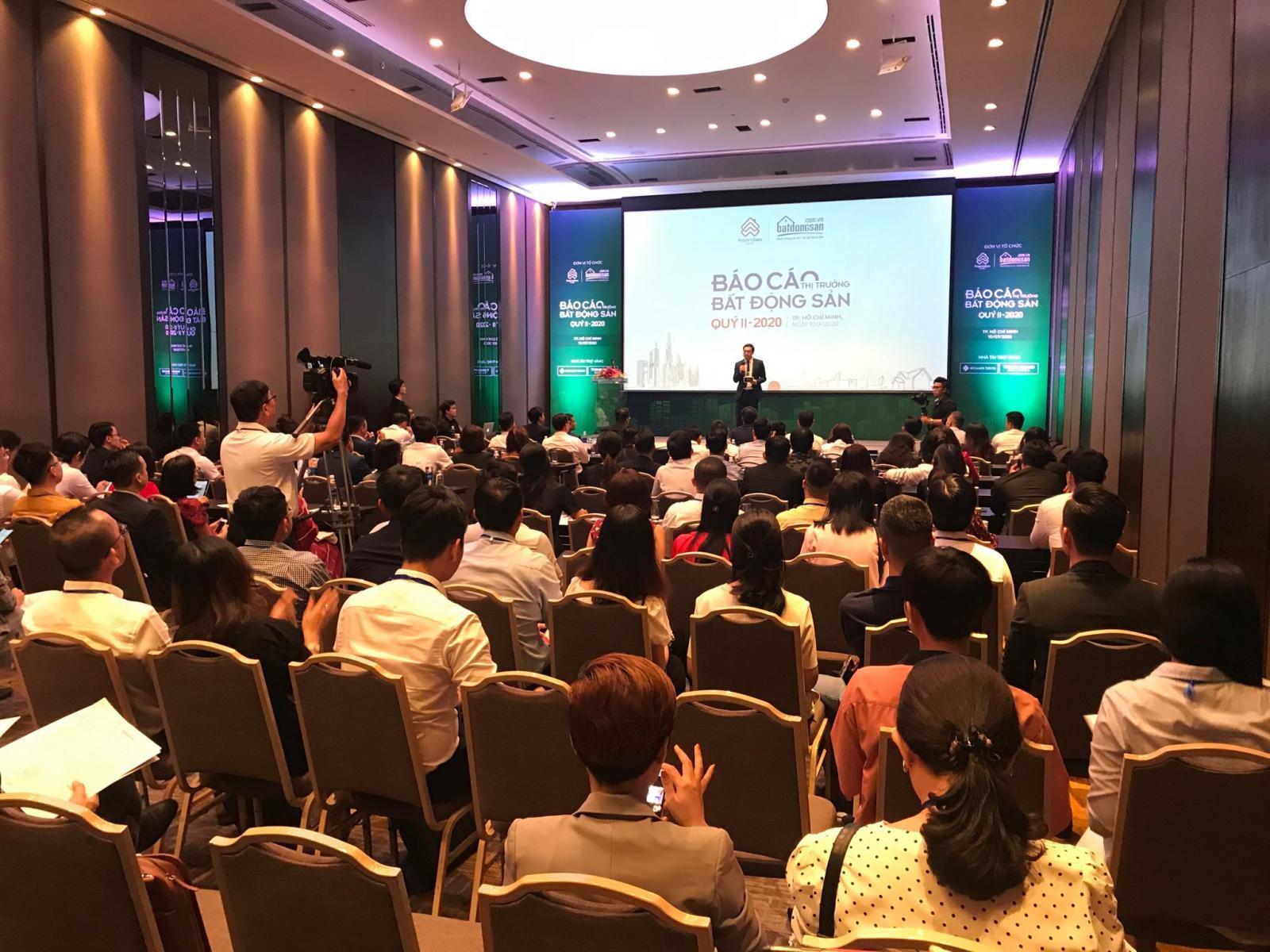 Hội trường nhiều người tham dự báo cáo bất động sản quý 2/2020 của Batdongsan.com.vn