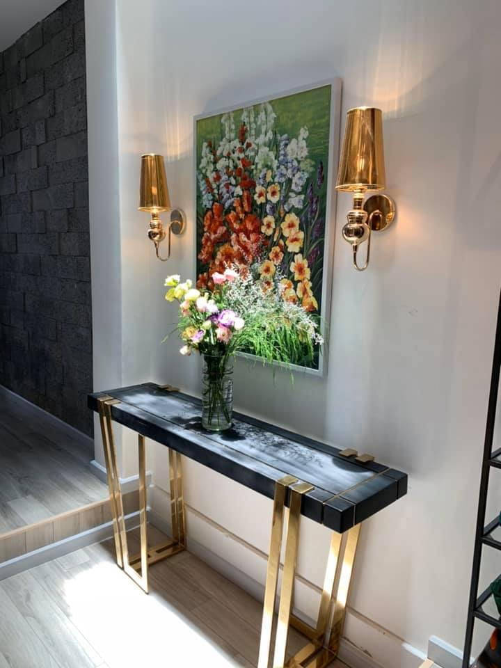 Tranh và đèn trang trí lối vào nhà