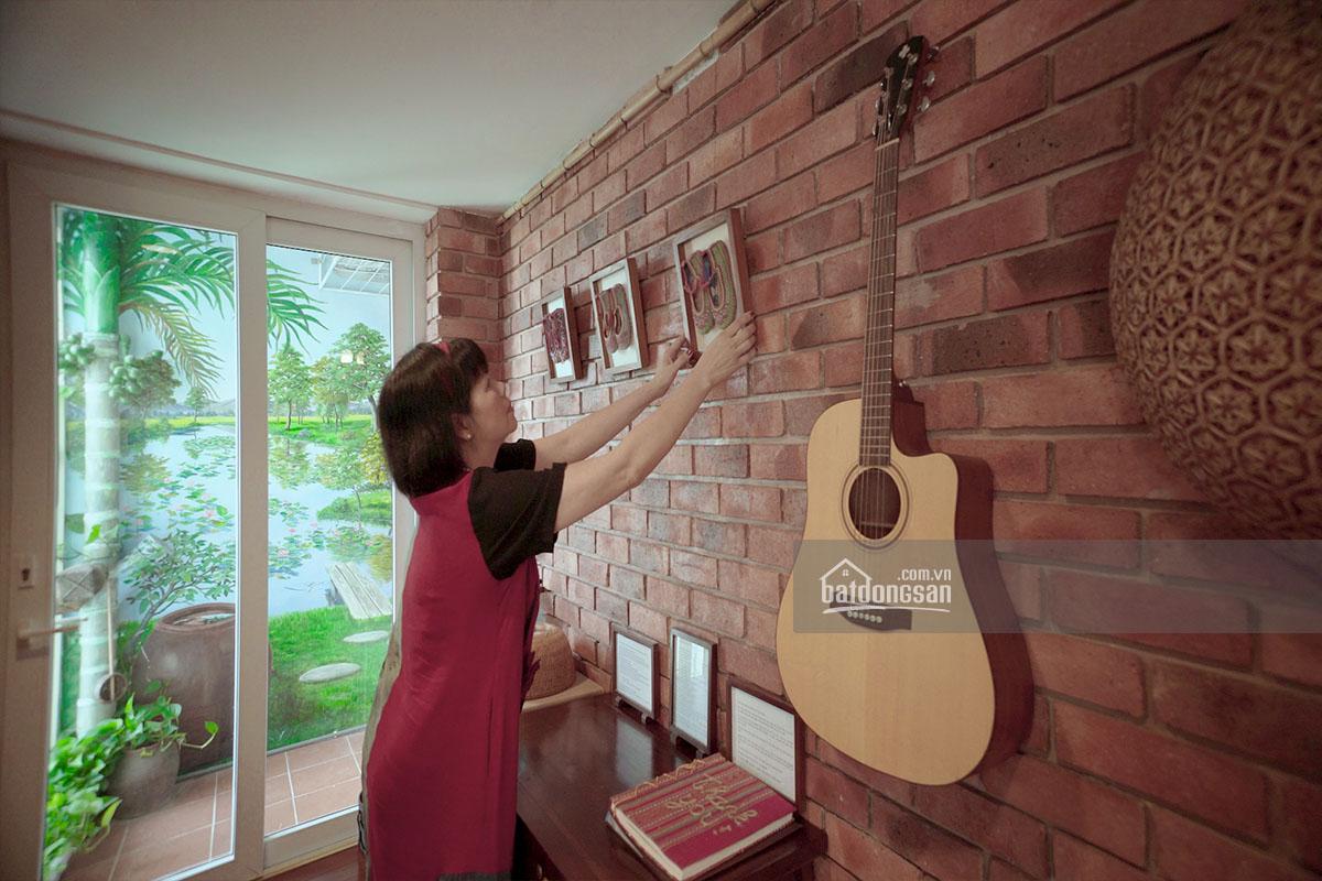 Gia chủ giới thiệu đồ trang trí văn hóa dân tộc thiểu số trên tường