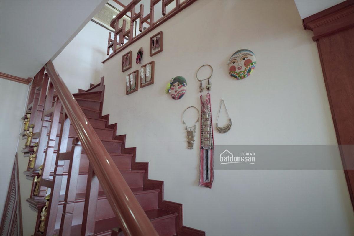 Cầu thang trang trí tượng và đồ thủ công