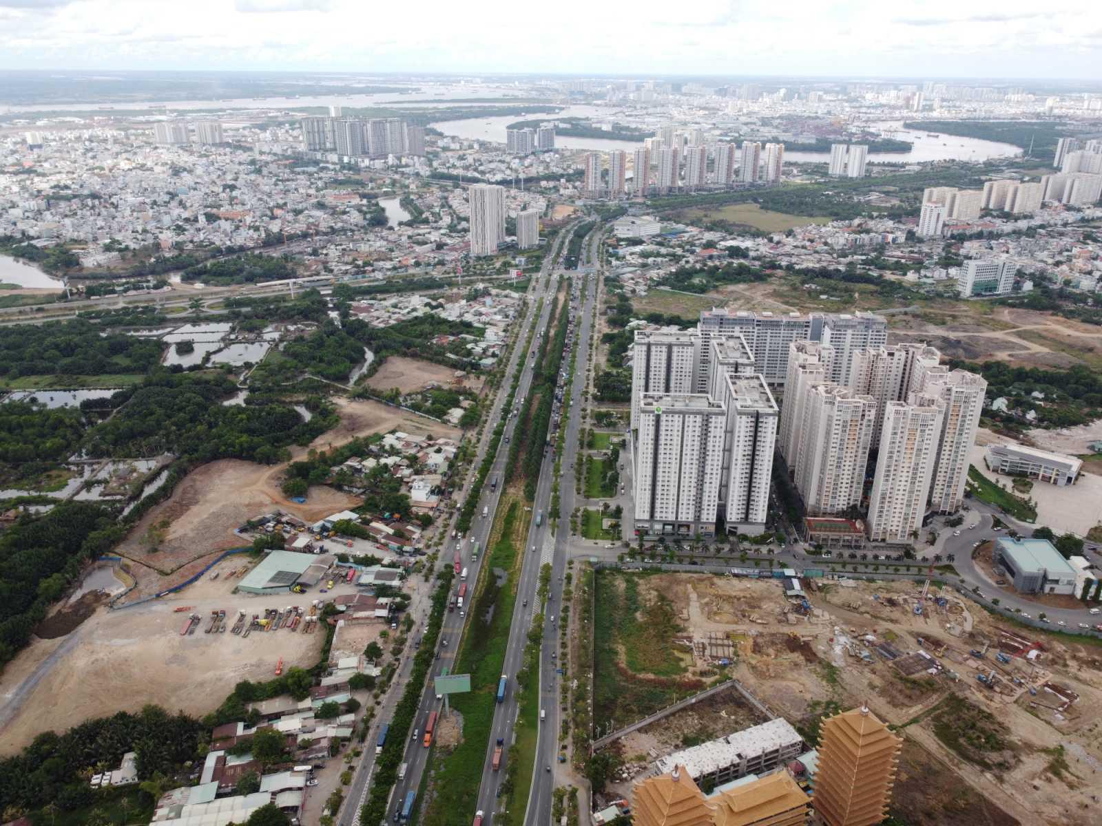 thành phố nhìn từ trên cao có nhiều tòa nhà cao tầng