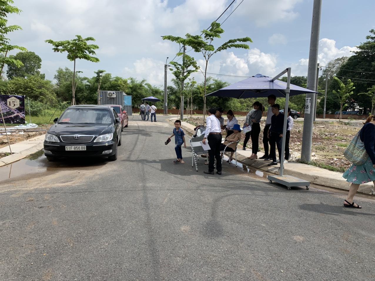 Hình ảnh khách hàng thăm quan một dự án tại Đồng Nai