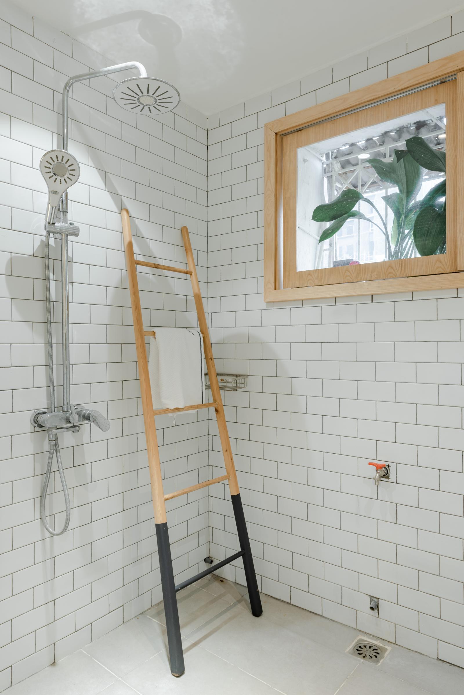 Phòng vệ sinh sáng sủa, tiện nghi sau cải tạo