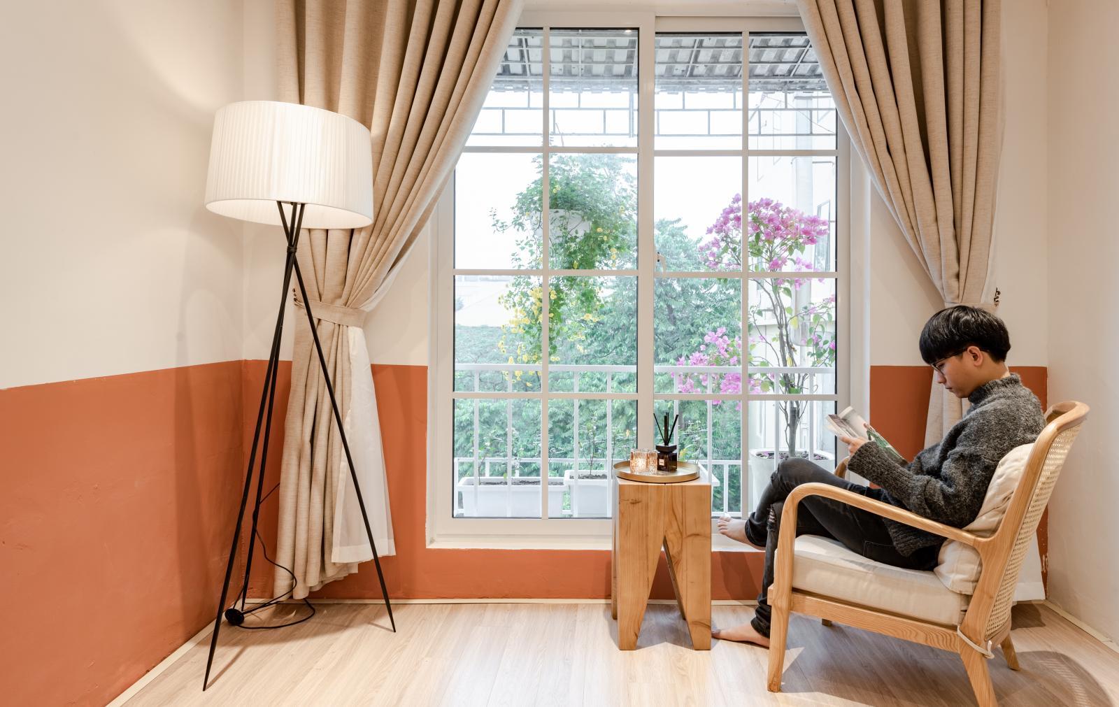 Góc thư giãn lãng mạn bên cửa sổ phòng ngủ