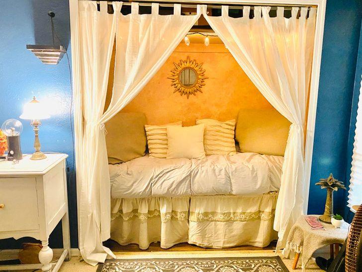 Phòng ngủ có giường cải tạo từ tủ quần áo âm tường