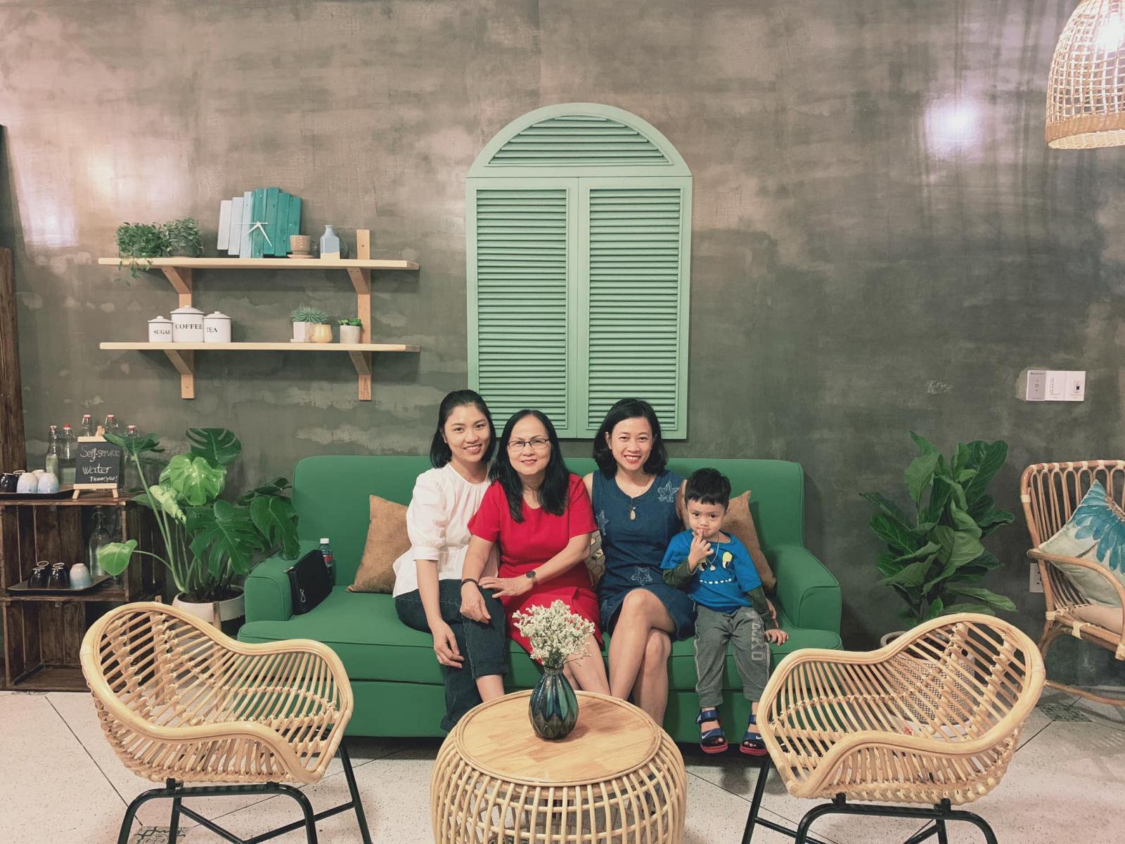 Gia đình quây quần trong ngôi nhà phong cách mộc