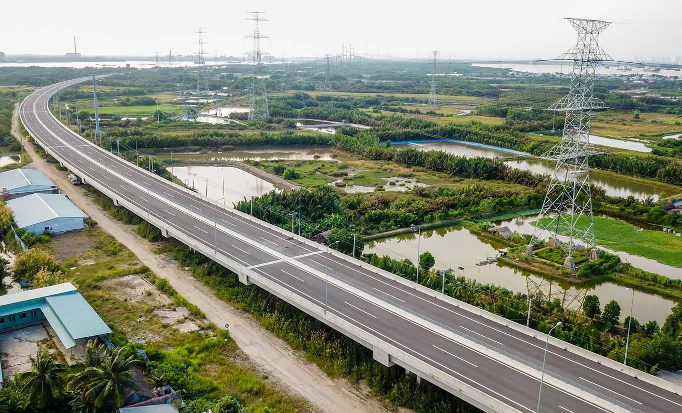 đường cao tốc chạy qua khu đất nông nghiệp