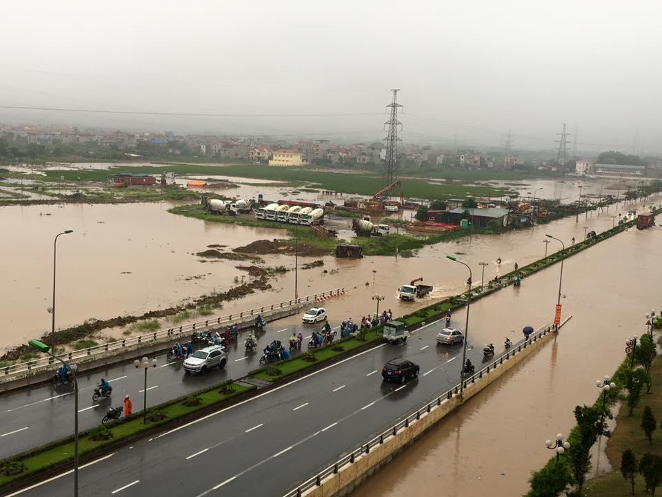 đường đi ngập nước khiến các phương tiện giao thông không thể di chuyển